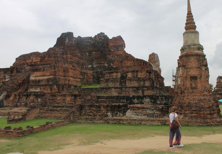 Paseando por Wat Maha That, en nuestra excursión por Ayutthaya.