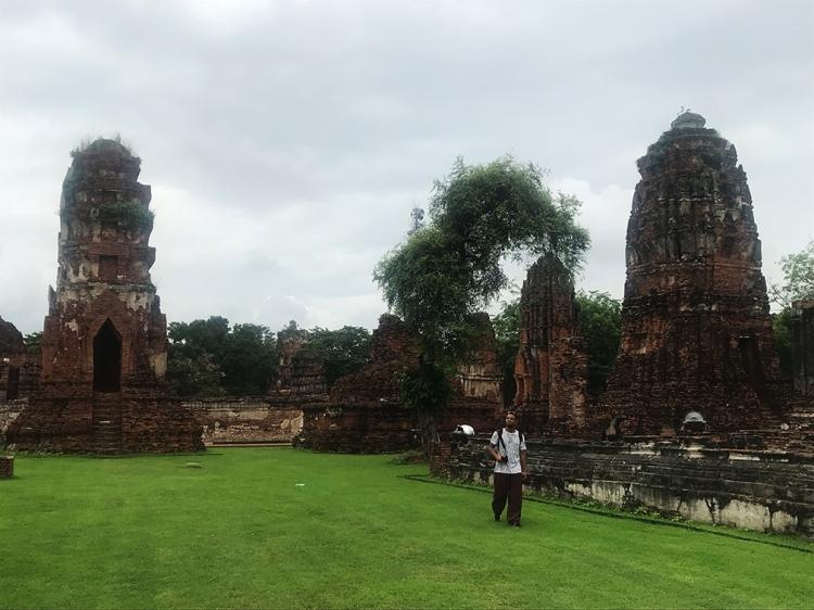 En esta imagen se nos ve paseando por el interior del Wat Maha That, en Ayutthaya.