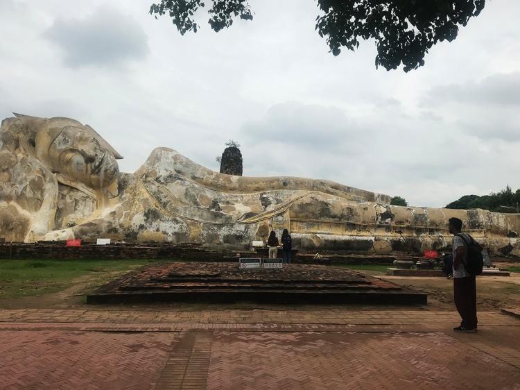 Imagen del buda reclinado de Ayutthaya.