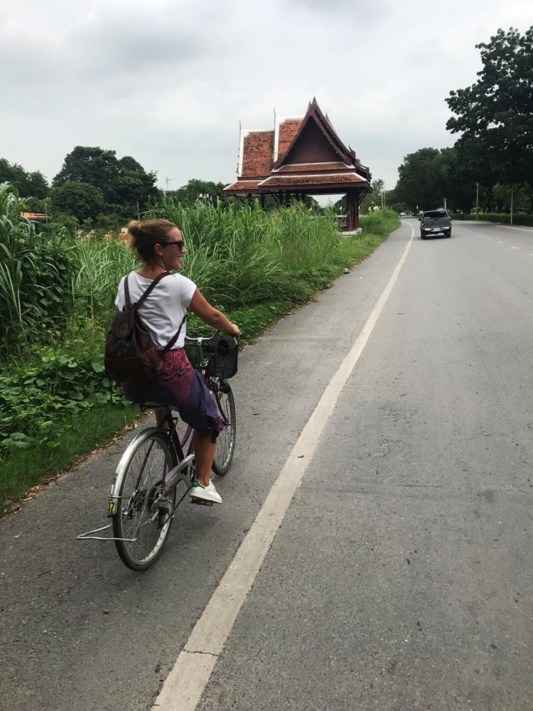 Disfrutamos de un día completo en bicicleta recorriendo Ayutthaya.