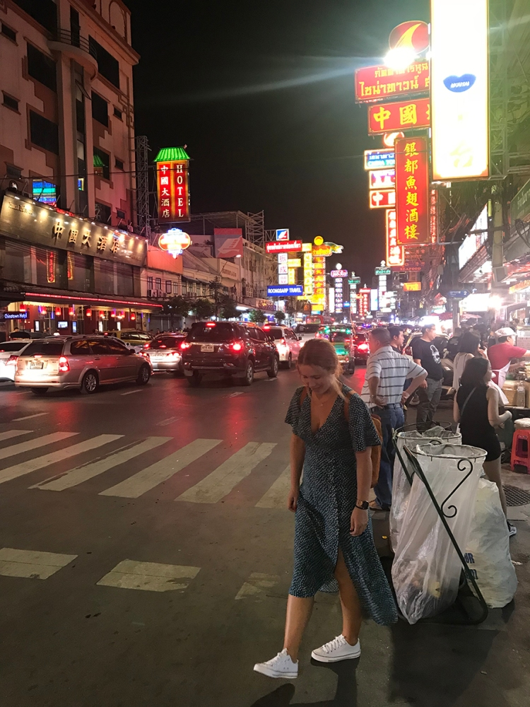 Bonita foto por la noche en Chinatown de Bangkok.