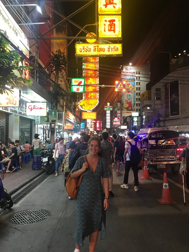 Chinatown por las noches se convierte en un hervidero de gente, en esta foto se puede ver.