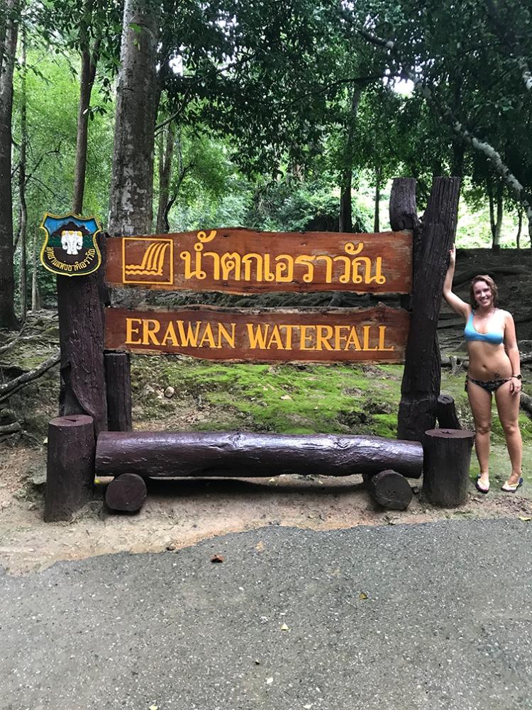 Posando en el cartel de las Cascadas de Erawan.