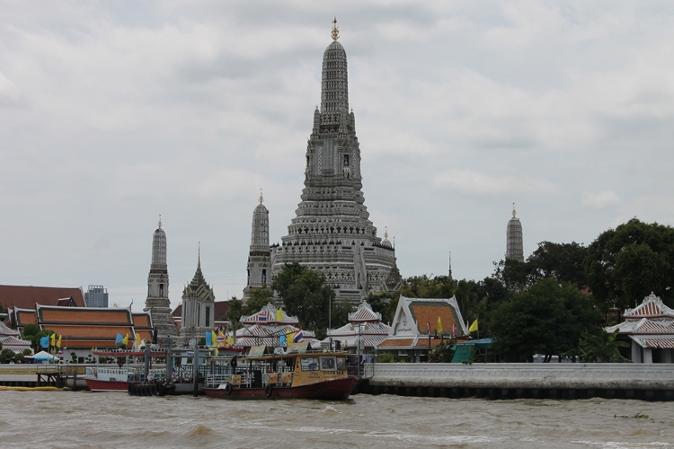 Vista del Wat Arun desde el río Chao Phraya