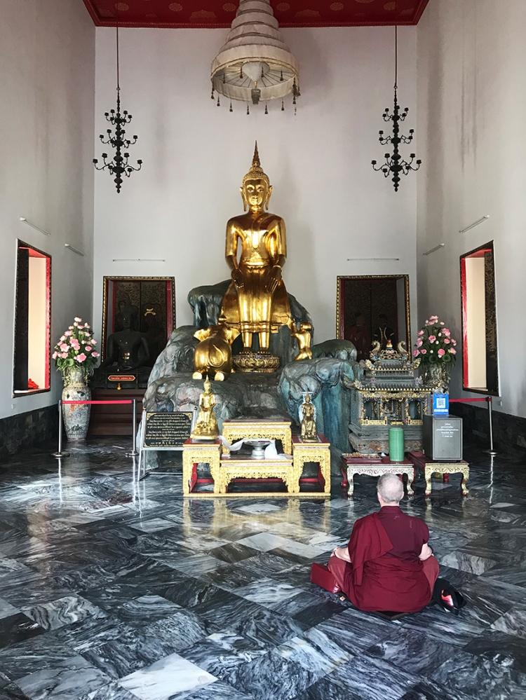 foto de un monje budista rezando en un templo del WatPho.