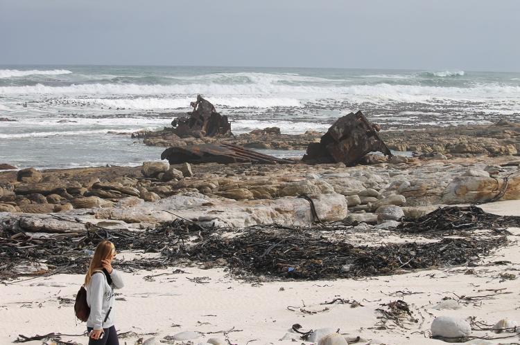 Al fondo se ve el barco hundido, es una foto de un sendero en Cape Point